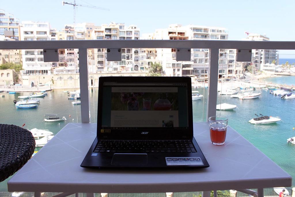 Här sitter jag och bloggar
