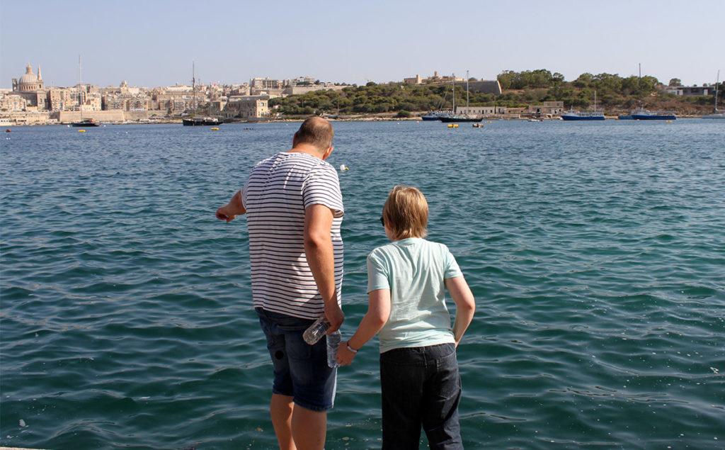 Tomas och Kasper spanar på fiskstim.